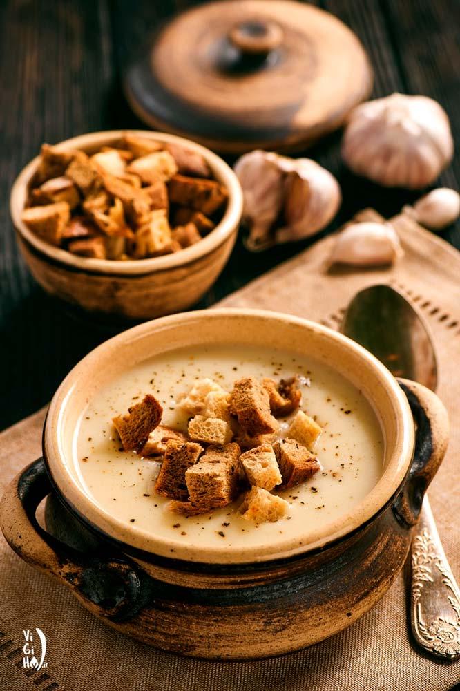 طرز تهیه سوپ سیر خامه ای؛ راحت، مغذی و بدون لبنیات